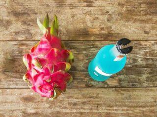 火龙果气泡饮料 ,红心火龙果一个,气泡酒一瓶。