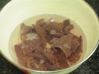 黄瓜炒猪肝,放入清水中泡净血水备用
