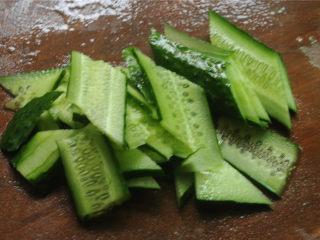 黄瓜炒猪肝,黄瓜洗净,两侧纵向切去一片,使它有两个平整的侧面相对,然后切成平行四边形的片备用