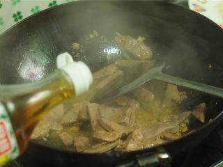 黄瓜炒猪肝,倒入少许料酒,大火翻炒,至猪肝断生变色