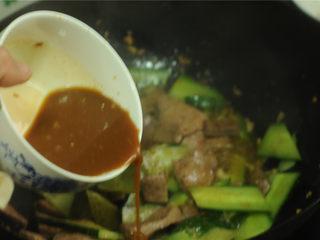 黄瓜炒猪肝,淋入调味汁
