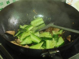 黄瓜炒猪肝,放入黄瓜片,翻炒一分钟