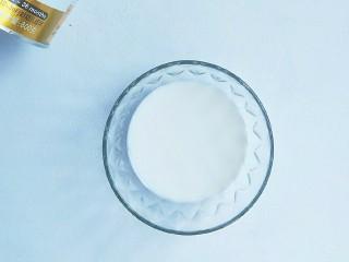 奶粉蛋黄布丁,搅拌均匀。