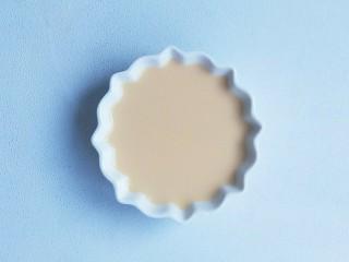 奶粉蛋黄布丁,放入蒸碗中。