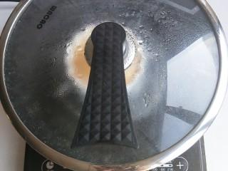 奶粉蛋黄布丁,盖上盖子,大火十分钟,关火再焖两分钟即可。