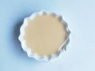 奶粉蛋黄布丁,盖上保鲜膜。