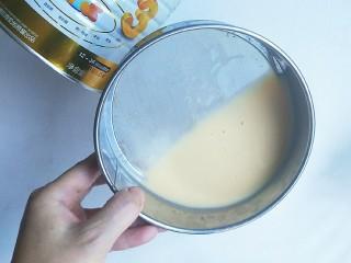 奶粉蛋黄布丁,然后过筛。