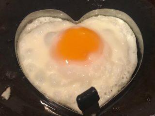 手抓饼开心早餐,盖上锅盖中小火煎至鸡蛋八成熟