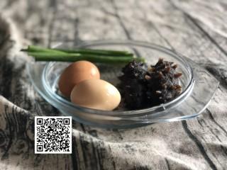海参蒸蛋,1、准备食材:海参用多少要根据自己买的海参大小而定用量,基本是预备着能铺满一盘就足够,鸡蛋加温水混合打均,比例大概是1:1.5,打到有细腻的泡沫即可。