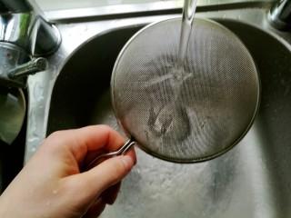 快手馒头伪披萨,筛子清洗干净,等会还要用。