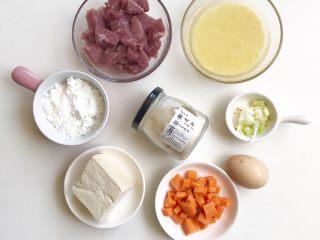 猪肉小米豆腐糕,准备食材如上图:小米洗净提前浸泡半小时,猪肉、胡萝卜、豆腐切小块