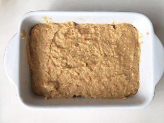 猪肉小米豆腐糕,模具铺一层油纸或者刷一层薄油,把图6拌好的馅倒入模具,抹平表面