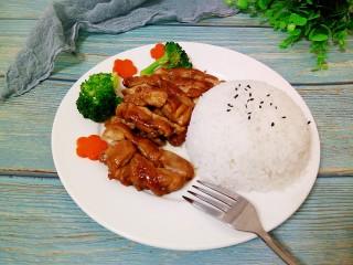照烧鸡腿饭,米饭倒扣在盘子上面,放入切好的照烧鸡腿,再加入西兰花与胡萝卜,荤素搭配,营养美味。