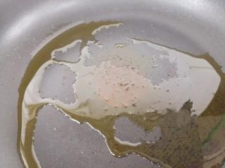 羊肉炒香菜,锅里倒些油,热油