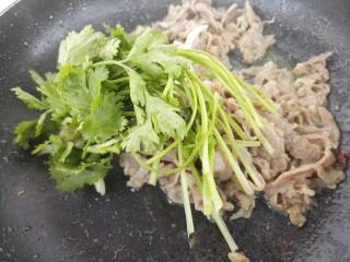 羊肉炒香菜,然后加入香菜
