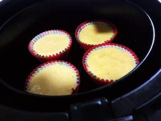 空气炸锅版-全蛋液-无黄油纸杯蛋糕,空气炸锅只能放4个,所以多几次吧