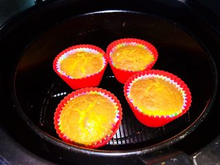 空气炸锅版-全蛋液-无黄油纸杯蛋糕,160℃预热5分钟,之后160℃烤13分钟