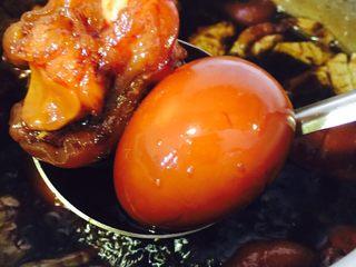 姜醋蛋,中间开盖,用干燥的勺子稍微翻动一下,就可以看到甜醋已经煮出味道了