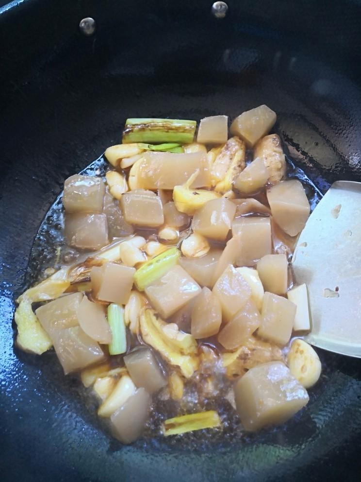 酸萝卜老鸭汤,倒入酸萝卜料炒出香气