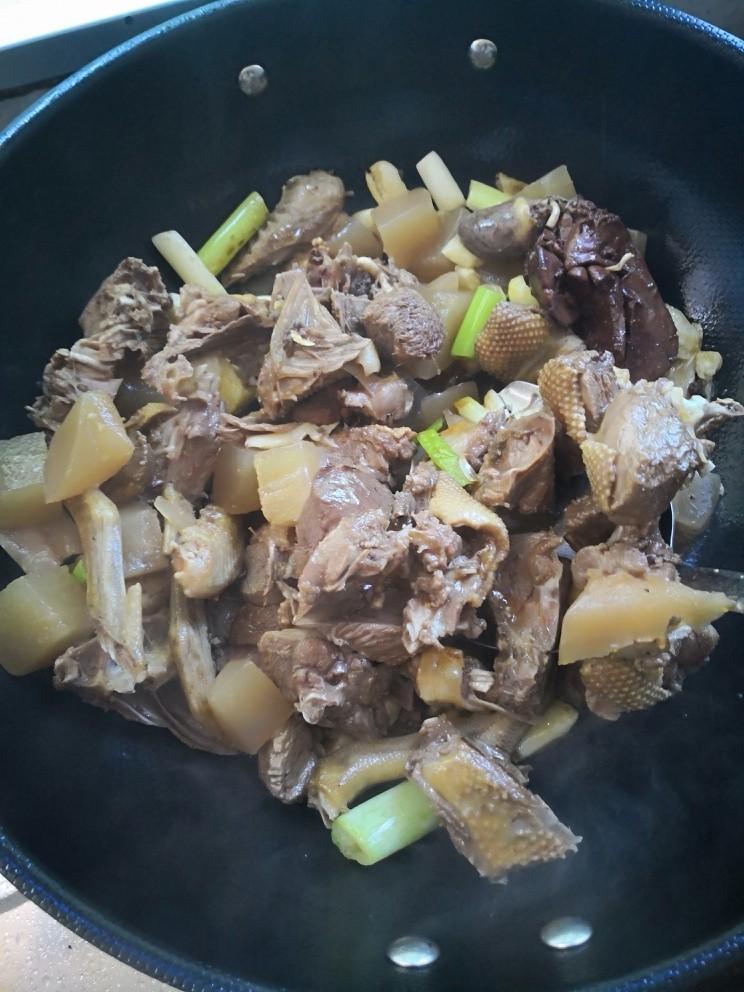 酸萝卜老鸭汤,加进已炒过水气油脂的老鸭一起炒制入味