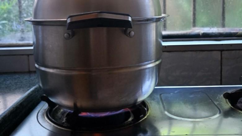 酸萝卜老鸭汤,倒入炒至好的老鸭酸萝卜,继续大火炖至汤水再次开滚以后,中火炖二十分钟,再小火炖四十分钟,关火捂着,等热气腾腾的感觉过一会儿后,再开盖。