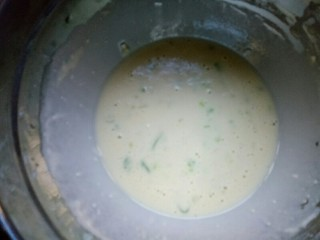 营养早餐——鸡蛋火腿饼,撒上适量的盐,搅拌均匀,静置5分钟。