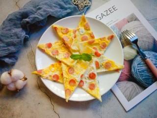 营养早餐——鸡蛋火腿饼,切块装盘。
