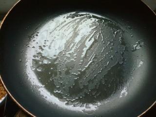 营养早餐——鸡蛋火腿饼,平底锅刷一层薄薄的油。