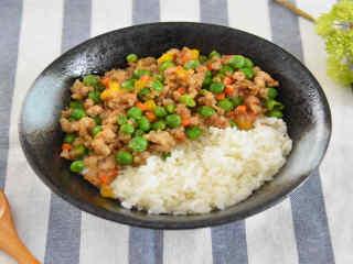 豌豆肉末盖饭—色彩缤纷,营养丰富还超级下饭