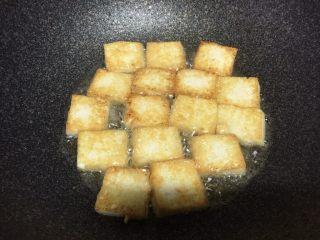 香煎豆腐,一面煎至金黄,再翻过来
