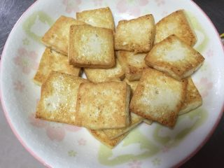 香煎豆腐,两面金黄的豆腐盛出备用