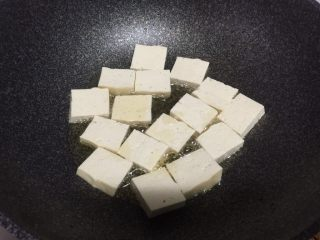 香煎豆腐,锅里放油,加入豆腐