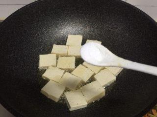 香煎豆腐,加入半勺盐