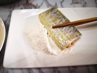 香煎带鱼,再在蛋液外面裹上一层面粉,