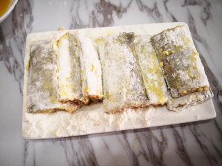 香煎带鱼,裹好面粉的带鱼放在一边静置一会儿,再把多余的面粉抖掉,