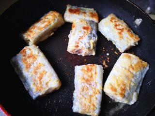 香煎带鱼,平底锅里放适量的油,油热后,把带鱼放入锅中,小火慢煎至两面金黄色,就可以出锅了。