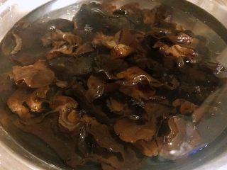 蚕豆炒火腿,木耳温水泡发好洗净