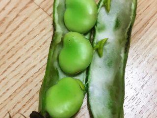 蚕豆炒火腿,剥开蚕豆外皮里面翠绿翠绿的薄皮也要剥开