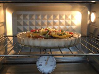 奥尔良卷边披萨,放入预热好的烤箱上190度下180度,烤20分钟左右即可