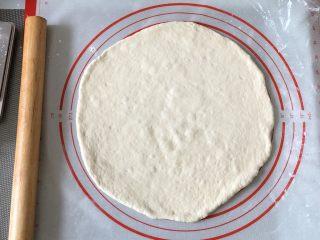 奥尔良卷边披萨,擀成圆片,松弛好的面团比较好擀,
