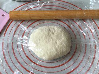 奥尔良卷边披萨,按压排气,折叠收圆,盖上保鲜膜静置松弛15-30分钟,没时间可省