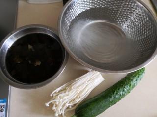 捞汁黄瓜,粉丝冷水浸20分钟,木耳泡发。