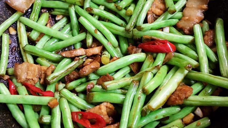 五花肉煸豆角,加入盐和鸡精炒至断生豆角有些软就可以盛出。