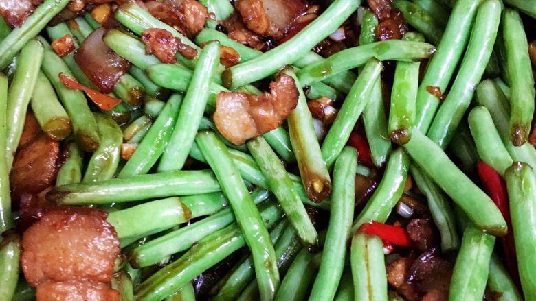 五花肉煸豆角,喜欢蒜蓉和三层肉炒到焦香最好吃。