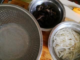 捞汁黄瓜,金针菇、木耳都用滚水烫熟。捞出后,浸入事先准备好的凉开水中。