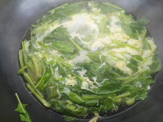 紫菜鸡蛋菠菜汤,快速搅拌均匀