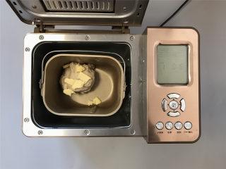 普雷结,和面结束,放入黄油,再设置和面15分钟。