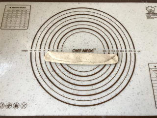 普雷结,90度转向后,两端各三分之一向内折,并拍出空气。