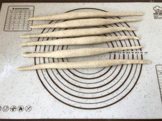 普雷结,我是分2步搓条形的,一步搓容易回缩,先把面团搓成中间粗两头细的基础条形。