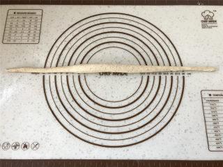 普雷结,再搓成55CM左右长度的条形。